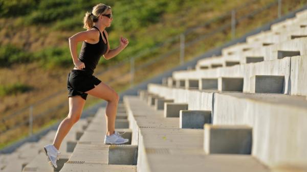 7 exercícios na escada para emagrecer e definir as coxas e glúteo