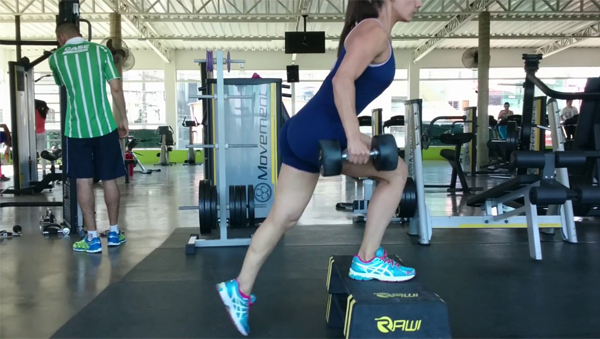 step exercicio com halteres