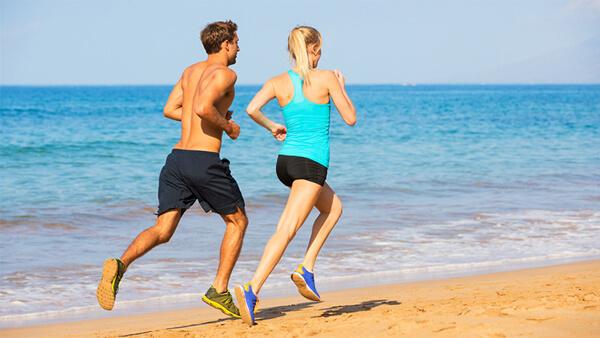 Correndo na praia em frente ao mar </strong> [1 9659002]  </p> <p>  ] De todos os exercícios citados até agora <strong>este é o mais benéfico </strong> não apenas para o sistema cardiovascular, mas também para todo o corpo. Aqui estão alguns dos melhores benefícios da raça: </p> <p></strong> </strong> </strong> </strong> </strong>  &#8211; Heart: </strong> Durante a fuga, as fibras do músculo cardíaco endurecem e a cavidade aumenta, facilitando a circulação do sangue por todo o corpo. A injeção de sangue melhora devido à hipertrofia miocárdica excêntrica (alteração da parede e da cavidade do ventrículo esquerdo). Dessa maneira, o coração bombeia mais sangue com menos derrames, tornando-o mais eficiente, melhorando o fluxo e o oxigênio para o resto do corpo; <strong> &#8211; Os pulmões: </strong> aumenta a capacidade respiratória devido <strong> &#8211; Os músculos: </strong> A corrida ajuda a melhorar a força muscular e também a queimar a gordura dos tecidos musculares, deixando-os mais fortes e melhor definidos </strong> &#8211; Ossos: </strong> &#8211; Aumenta a densidade óssea, evitando problemas como a osteoporose <strong> &#8211; Cérebro: </strong> aumenta os níveis de serotonina, melhorando o sono e o apetite; </strong> &#8211; Peso </strong>: quanto maior a intensidade do exercício, quanto maior a queima de calorias e a gordura, maior a intensidade do exercício, maior a queima de calorias e as gorduras, </strong> (19459003) </strong> </p> <p> <img class=