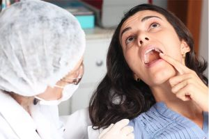apontando para o dente siso em frente ao dentista