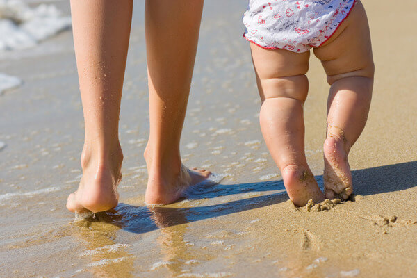 criança andar descalça