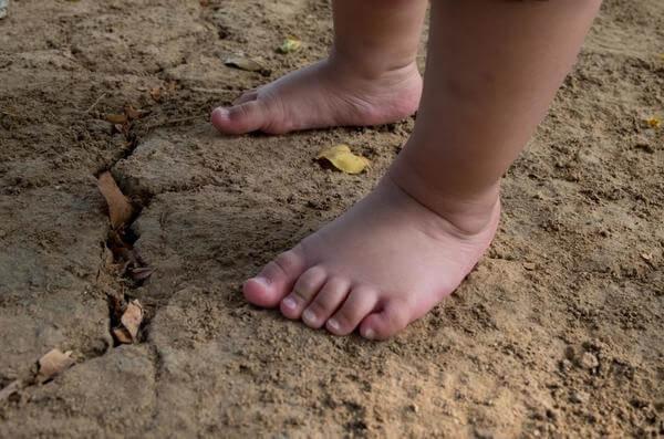 criança descalça