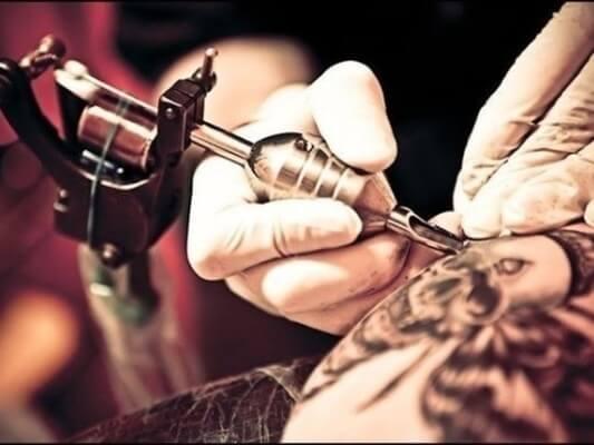 fazer tatuagem dá câncer de pele