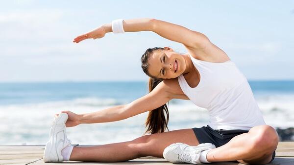 a superfície acolchoada estende uma perna e dobra a outra. Com uma mão, tente ficar em cima do osso da perna que está estendido. E o outro braço, cruze sua cabeça. </p> <p>  Mantenha nessa posição por 15 a 30 segundos. </p> <p>  <img class=